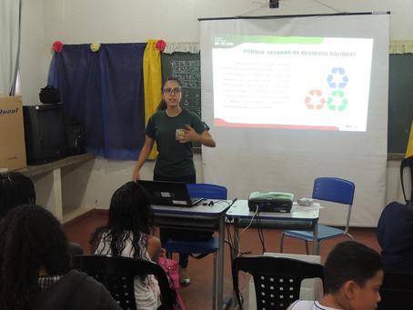 Escola de Antônio Dias recebe lixeiras ecológicas