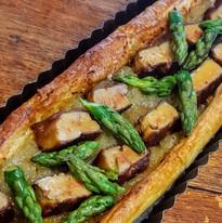 Tarte fine au foie gras, asperge verte et oignons doux des Cévennes confits
