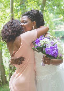 Embrassade mariage - Crédit Kelly His