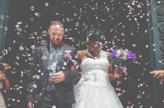 Sortie de la mairie mariage - Crédit Kelly His