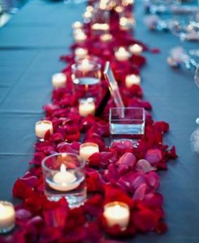 Chemin de table mariage pétales et bougies