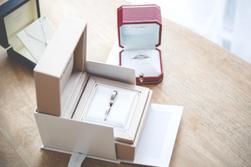 Alliances et bijoux de mariage - Crédit Kelly His