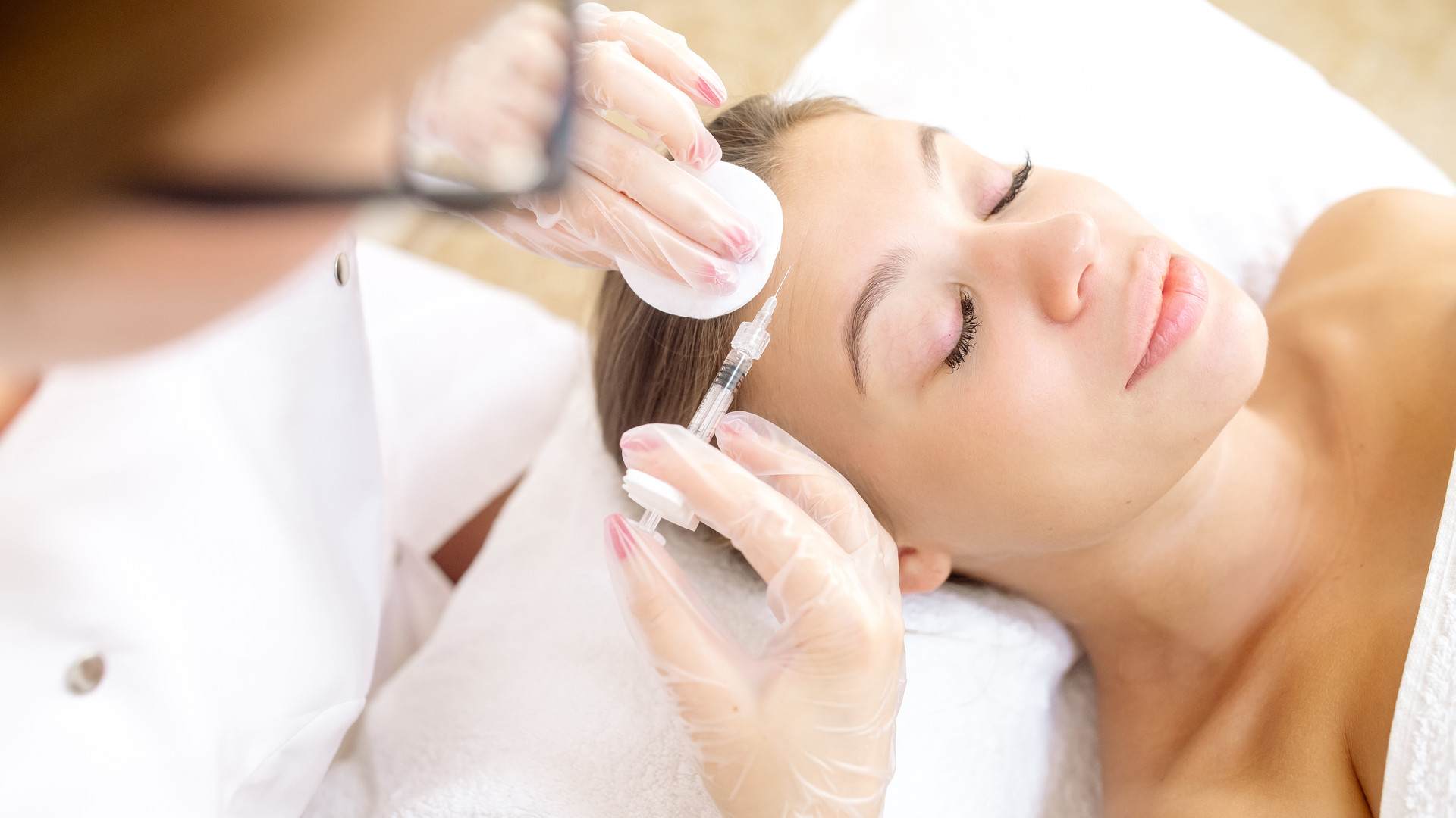 the-beautician-makes-the-patient-wrinkle