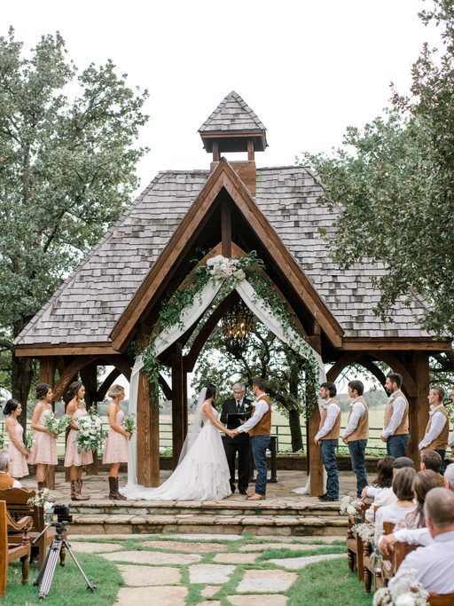 MR + MRS ELLIOTT | ROMANTIC CLASSIC OAKS RANCH WEDDING