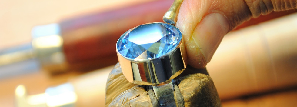 14 carats gold ring studded with aquamarine