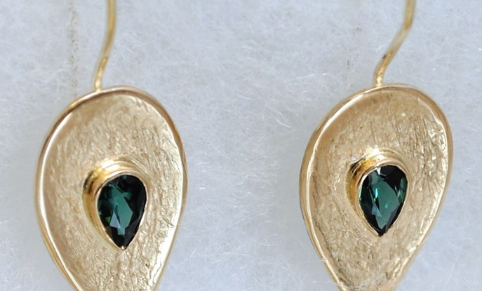 14 carats gold earrings studded with green toumaline.