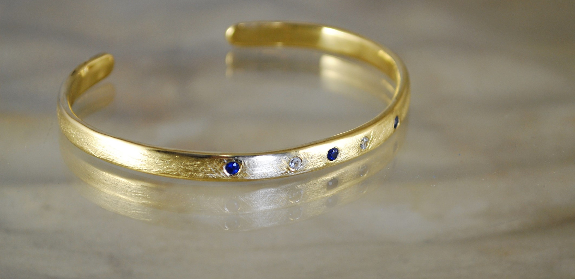 14 carats gold bracelet set with gems.