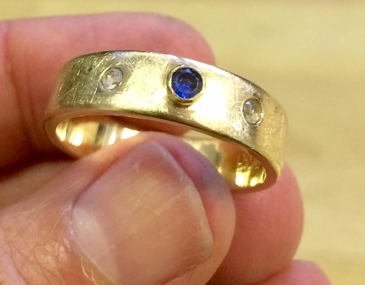 14 carats gold ring set with gems.