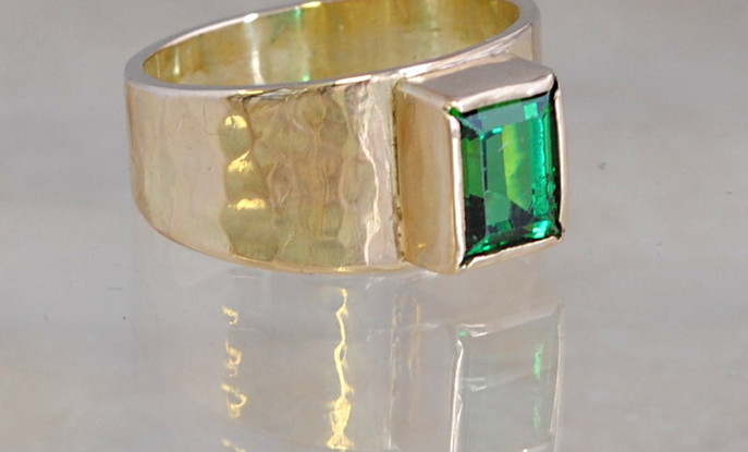 14 carats gold ring studded with Emerald.