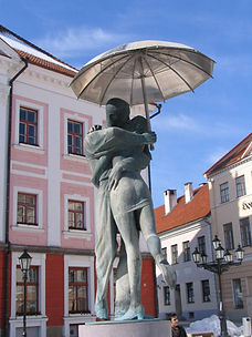 Kissing students statue in Tartu