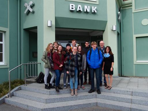 Lehrausgang zur Raiffeisenbank in Karlstein