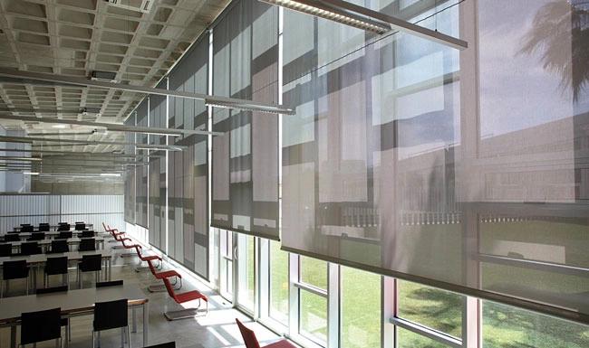 cortinas-enrrollables-oficinas-sala.webp