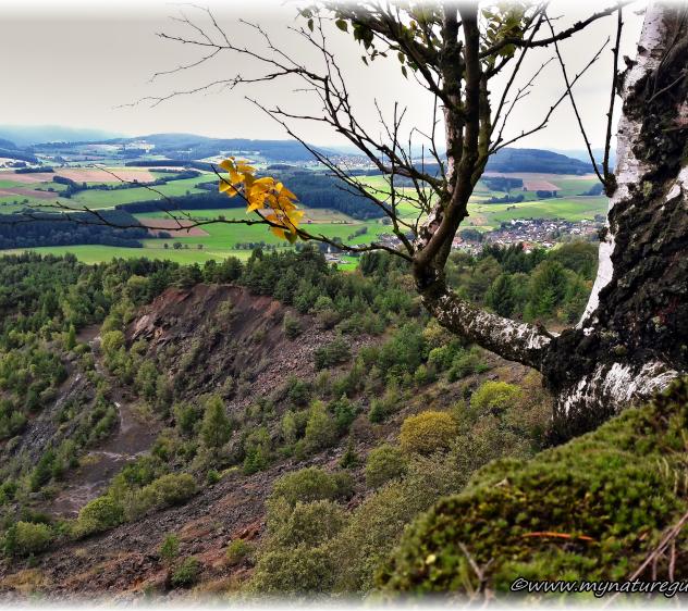 Blick über den Steinbruch hinunter ins Tal von Achenbach