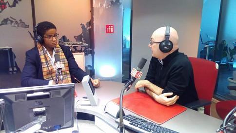 Notre Président Jean-Lémon Koné en pleine interview radio sur le plateau de Laurent Correau, rédacteur en chef de RFI Afrique pour la promotion de nos journées de lancement associatives 2017.