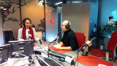 Louise Klein, notre responsable conférences thématiques en pleine émission chez Laurent Correau sur le plateau de RFI