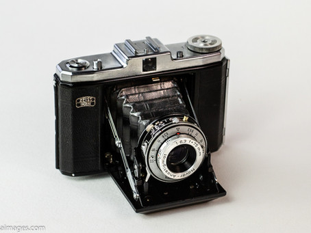 Reviewing the Zeiss Ikon 517/16 120 film camera.