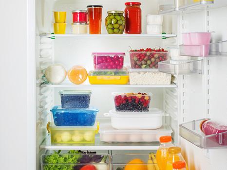 Como devo organizar minha geladeira?