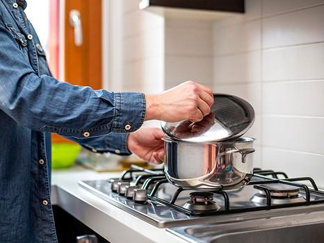 Para a saúde, é melhor cozinhar em qual panela?