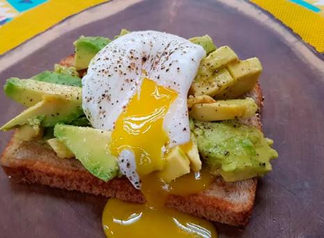 Receita: toast de pão artesanal com abacate e ovo pochê