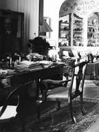 Pokój i biurko hrabiny Sophie z mnóstwem prywatnych szpargałów ... nad nim portret męża.