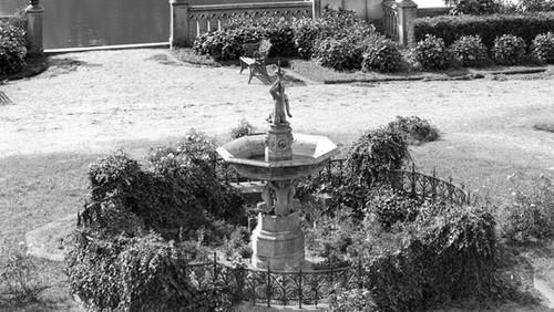 Pałac_w_Kopicach_i_fontanna_przed_wejściem_głównym.jpg