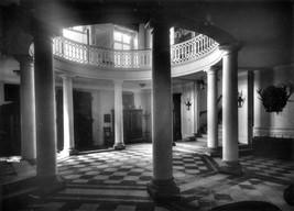 Hol główny na parterze pałacu z 8 kolumnami podpierającymi kolejną kondygnację i dębowymi drzwiami głównego wejścia do pałacu (od strony stawu).