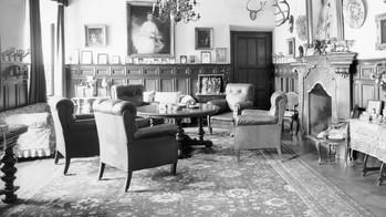 Gabinet hrabiego Hansa Ulricha z potężnym portretem małżonki - hrabiny Sophie.