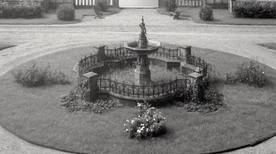 Pałac_w_Kopicach_i_fontanna_około_roku_1920.jpg