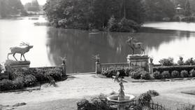 Przed_pałacem_w_Kopicach_-_fontanna_i_jelenie.jpg