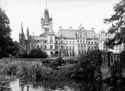 Wschodnia strona pałacu w Kopicach, od tzw. ogrdów różanych. Widoczny na zdjęciu mostek przetrwał do dziś.