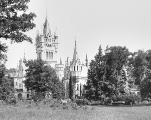 Pałac od strony ogrodów różanych i widoczny na zdjęciu pałacowy ogrodnik hrabiny Sophie.