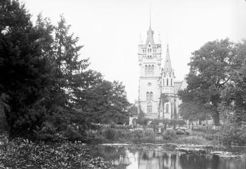 Pałac w Kopicach i otaczające go ogrody różane.jpg