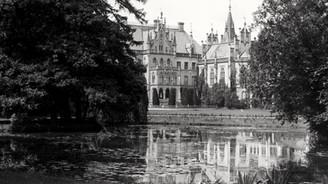 Pałac na wodzie w pełni tego słowa znaczeniu, bo otoczony był z trzech stron rozległymi stawami.