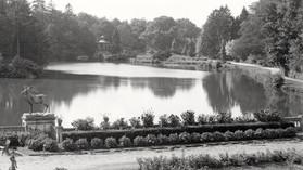 Pałac_w_Kopicach_widok_na_staw_główny_i_parkowe_alejki.jpg