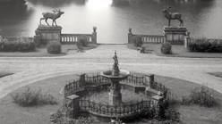 Pałac_w_Kopicach_i_rzeźby_danieli_nad_stawem.jpg