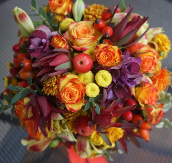 Glückliche Braut im Herbst