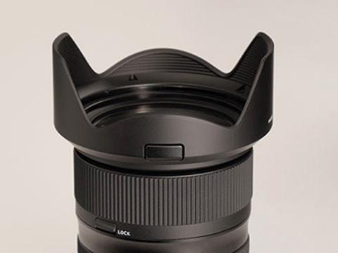 全新遮光罩設計設位置固定鎖 鏡頭使用全新設計備有位置固定鎖的遮光罩,確保攝影師安裝及使用時永遠設定在最佳位置,減少因遮光罩安裝失誤而在畫面上出現暗角,影響拍攝