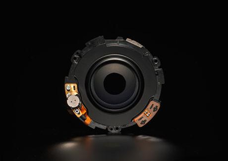 電磁光圈葉設計  收光圈更準確,反應更快,相機與鏡頭的溝通表現更出色。Nikon接環版本同樣使用電磁光圈葉設計,提供9片光圈葉,為鏡頭提供良好的散景表現