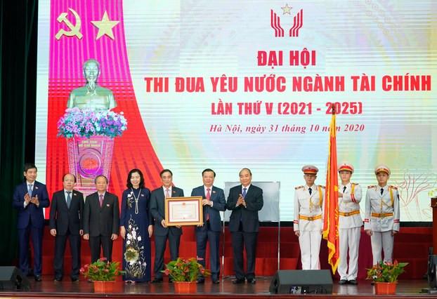 Thủ tướng Nguyễn Xuân Phúc (thứ 4, bìa phải sang) tại Đại hội Thi đua yêu nước ngành Tài chính lần thứ V (giai đoạn 2021-2025), ngày 31/10/2020.