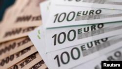 Ảnh minh họa: Tiền giấy 100 euro và tiền giấy 10.000 yen của Nhật xếp cánh quạt tại quầy đổi tiền của Interbank Inc, ở Tokyo. REUTERS/Yuriko Nakao