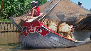 Người dân Vĩnh Long, Việt Nam vận chuyển gạo trên sông Mêkông.