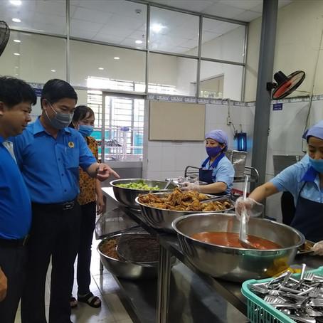 Cận cảnh suất ăn giữa ca giá 18.000 đồng của công nhân lao động