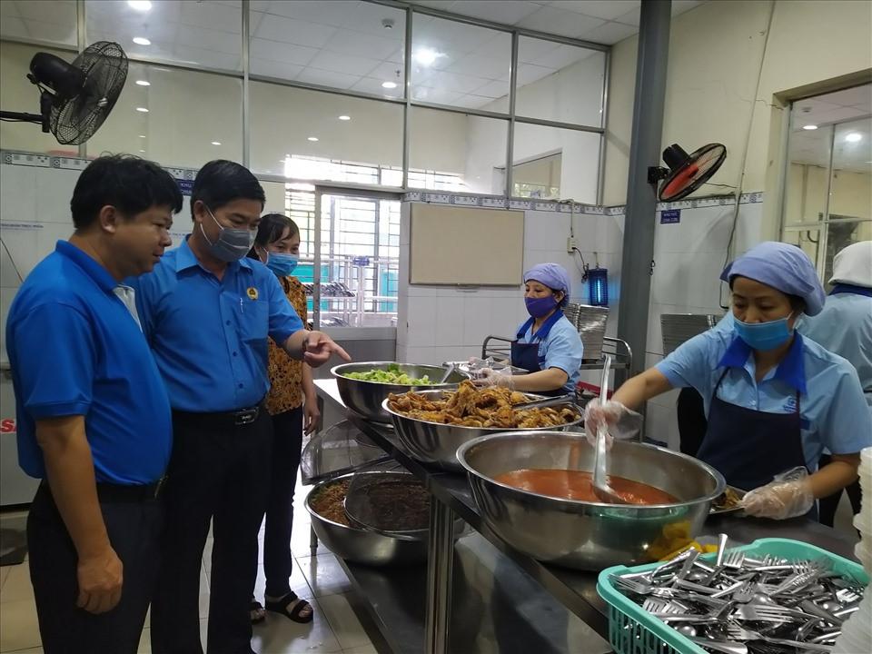 Sáng 10.8, đoàn cán bộ Công đoàn TPHCM do ông Phạm Chí Tâm, Phó Chủ tịch LĐLĐ TPHCM, và các lãnh đạo LĐLĐ các quận,huyện đã đến khảo sát chất lượng bữa ăn giữa ca của công nhân tại Nhà máy may An Phú (thuộc Công ty CP Garmex Sài Gòn).