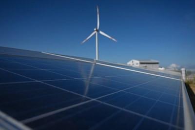 Hình minh hoạ. Các tấm điện mặt trời được lắp gần một turbine ở trạm điện gió tại tỉnh Bình Thuận