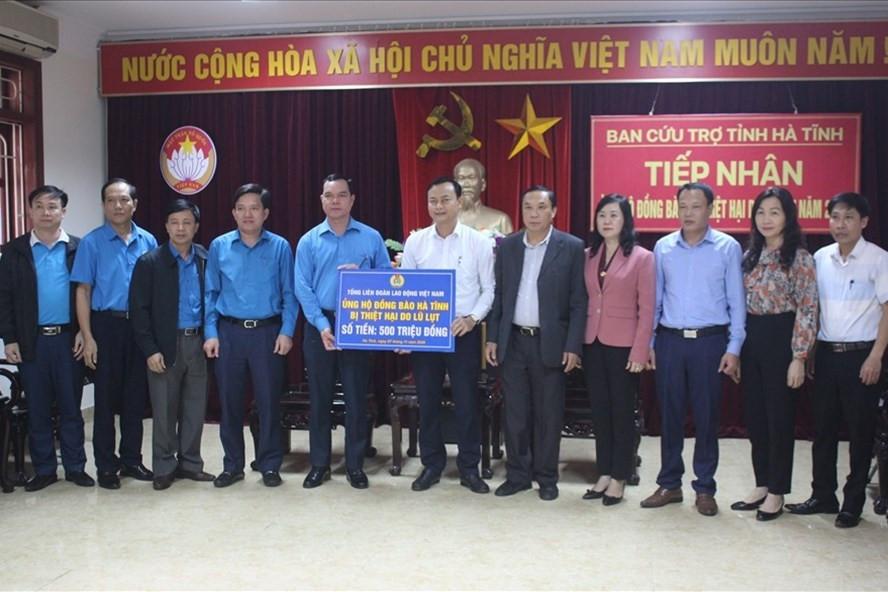 Tổng Liên đoàn Lao động Việt Nam trao 6,3 tỷ đồng hỗ trợ nhân dân vùng lũ miền Trung