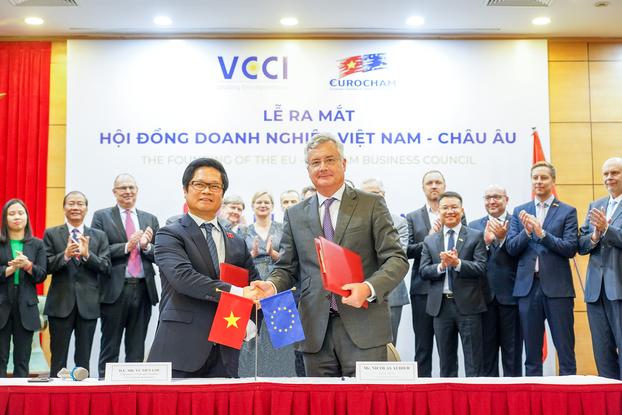 Đồng Chủ tịch VCCI Vũ Tiến Lộc và EuroCham Nocolas Audier tại buổi ra mắt Hội đồng Liên minh Châu Âu - Doanh nghiệp Việt Nam (EVBC) hôm 22/10/2020.