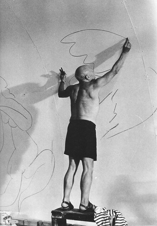 Pablo Picasso dibujando en su estudio.
