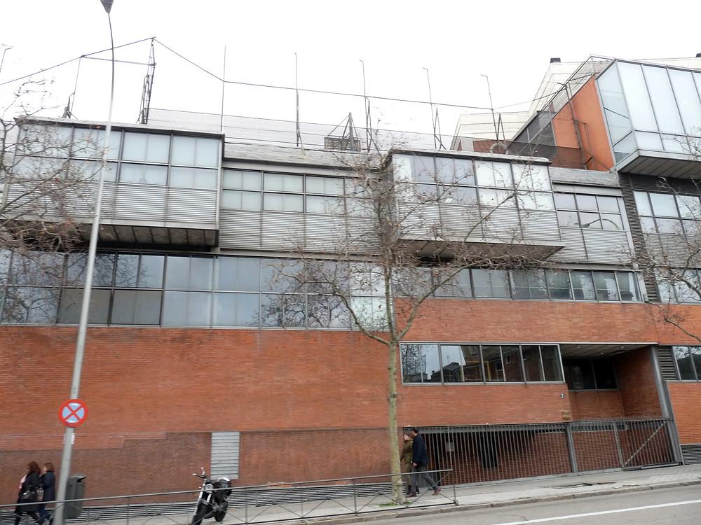 Fachada de ladrillo contemporánea. Edificio para gimnasio del Colegio Maravillas, Madrid