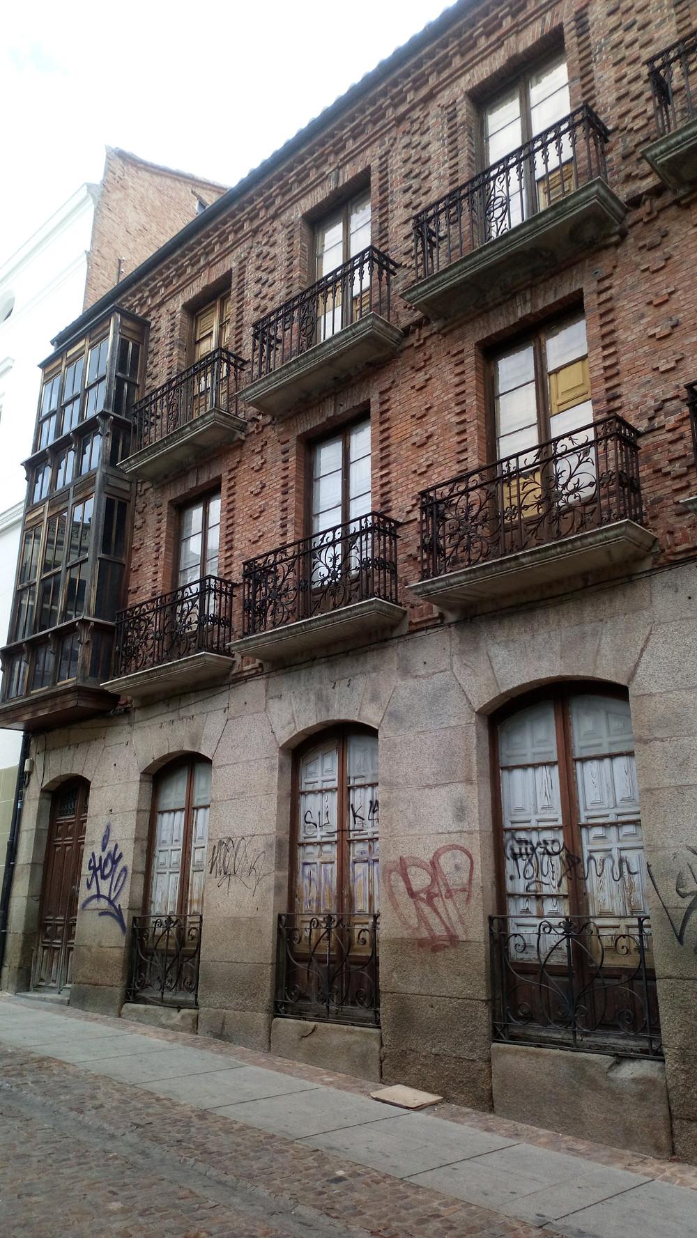 Fachada de ladrillo tradicional. Edificio de viviendas en Zamora
