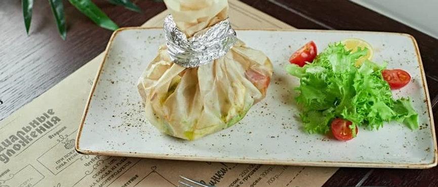 Треска запеченная с овощами под соусом песто